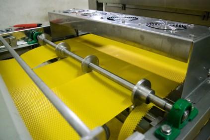 Stroj za izradu satne osnove